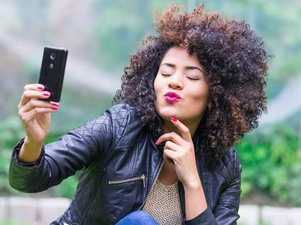 06-woman-vanity-phone-selfie_credit-