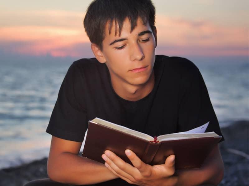 کتاب خواندن پسر