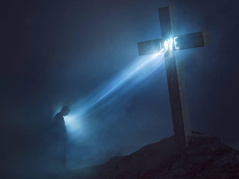 Il nous arrive tous de ne plus avoir le goût de prier : Ne nous décourageons pas ! - Page 2 Christianconceptlovelightshiningfromcrosscreditshutterstockcom