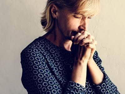 fé-cristão-oração-mulher-séria