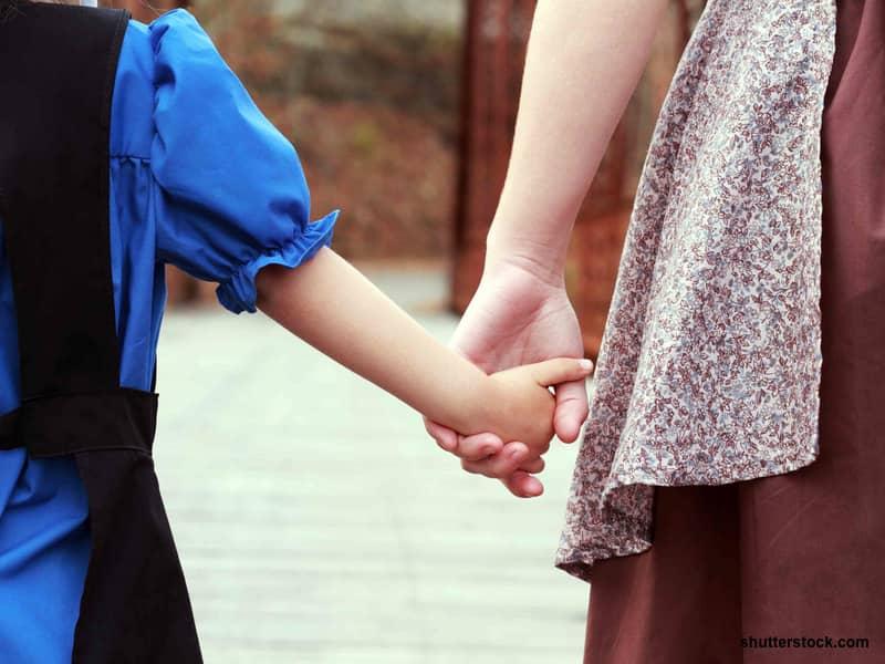 amish schoolgirls hand