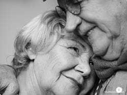 elderly-couple-in-love-black-white