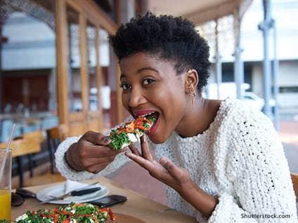 women-healthy-pizza