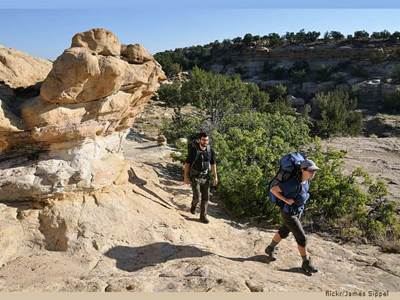 Couple Hiking / Wiki