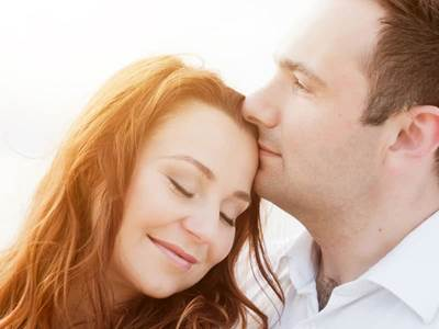 how to read body language of a guy kiss