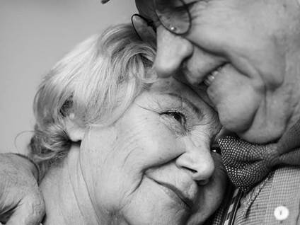 elderly-couple-in-love-black-white