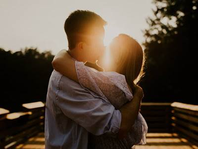 relationships-couple-love-sun-kiss-outside