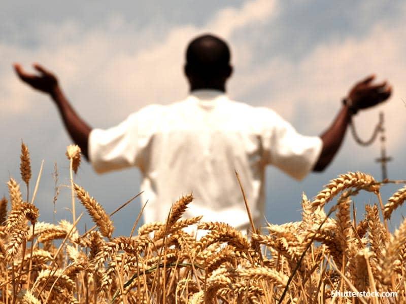 man-praying-in-field