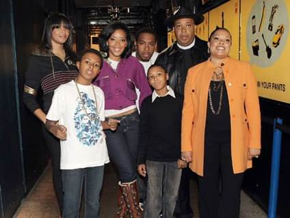 Rev Run with his children Vanessa, Daniel, Angela, Jojo, Russell and wife Justine