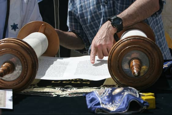 Torah reading at western wall