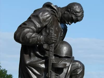 statue of soldier kneeling